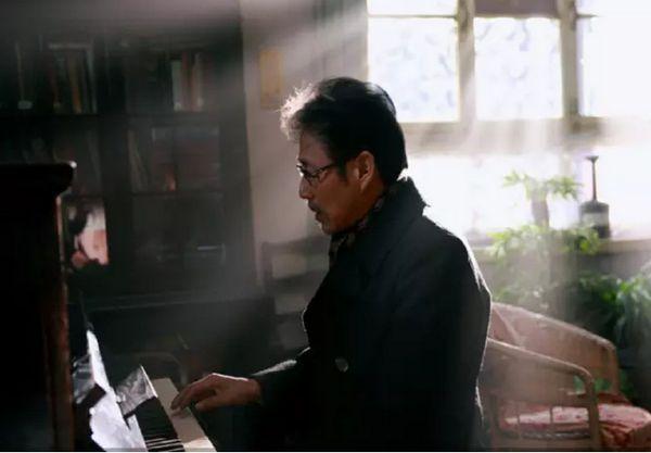 陈道明弹钢琴