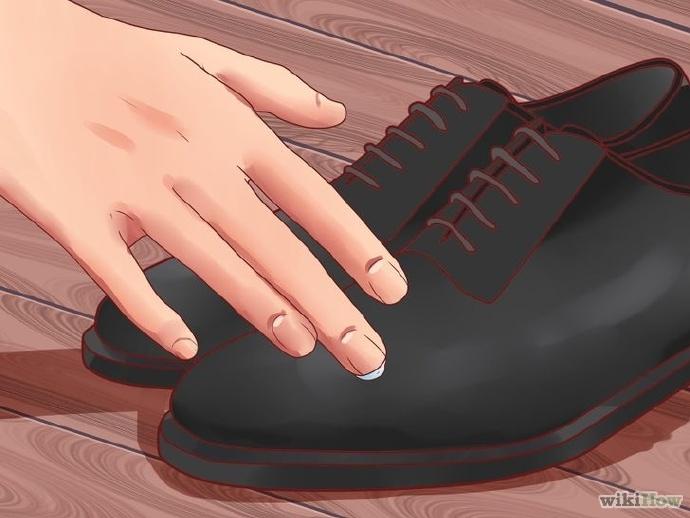 用少许凡士林迅速擦亮鞋子和包包