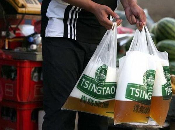 装在塑料袋里的青岛原浆啤酒