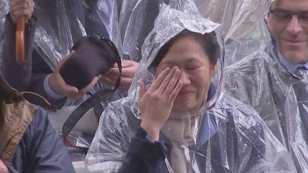 扎克伯格的妻子 Priscilla Chan 在现场热泪盈眶