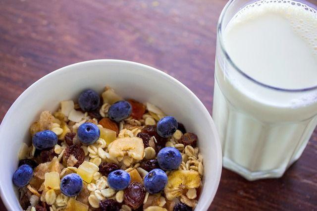 早饭的粥、鸡蛋与牛奶