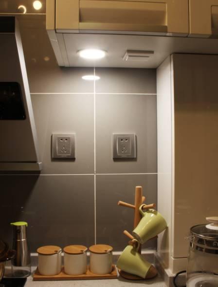 在厨房的操作台上方设计一个射灯