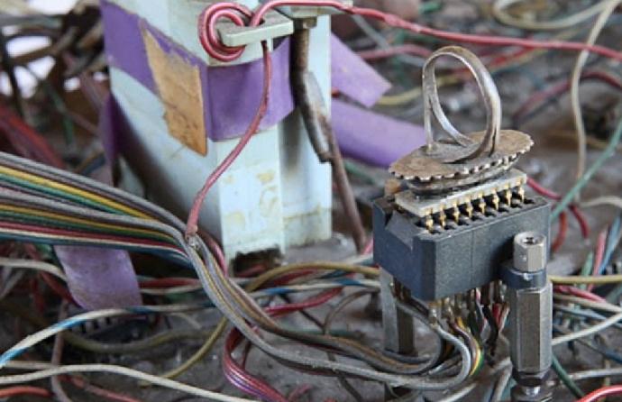 Moreno的原型卡是焊在一枚戒指上的